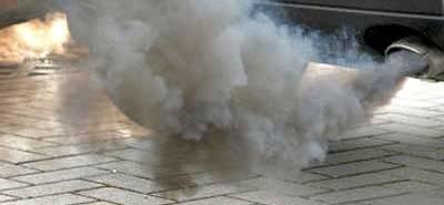 Kullandığımız otomobillerimiz verdikleri bazı tepkilerle bize durumları hakkında bazı şeyler söylemek isterler. Bu tepkiler bazen artan ses ve sürüşte değişiklik gibi hissedilir şeyler ile olurken bazen de görsel olarak gerçekleşir. Egzozdan çıkan dumanın rengi de işte bu görsel tepkilerden birisidir. Başlarda hiç bir şekilde hissedemeyeceğimiz bazı durumlar egzoz dumanının rengi ile anlaşılabilir. | Sungurlu Haber